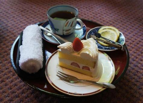 羽生善治棋聖、豊島将之八段の午後のおやつのショートケーキとレモンティー=10日午後、新潟市の岩室温泉「高島屋」
