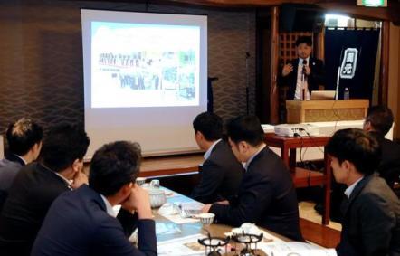 「IR推進100社の会」の小池隆由さんの講演に聴き入る地元企業の経営者ら。大阪ではIR実現への期待感が高まっている =9月25日、大阪市中央区(渡辺恭晃撮影)