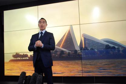 15日、大阪市内で会見するメルコリゾーツ&エンターテインメントのローレンス・ホー会長兼CEO(黒川信雄撮影)