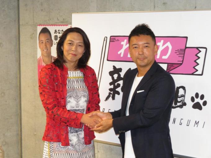 政治団体「れいわ新選組」の山本太郎代表(右)は、女性装の東大教授、安冨歩氏(左)が参院選に出馬することを発表した=27日、東京・四谷