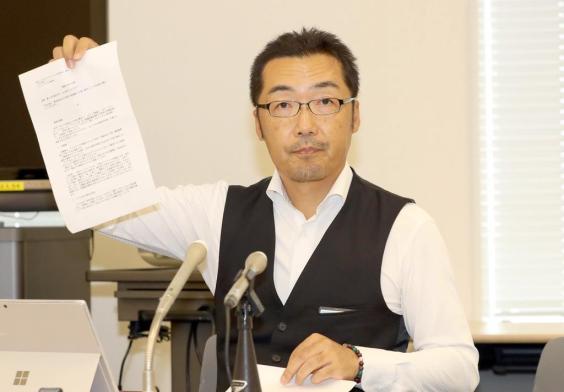 会見に臨むNHKから国民を守る党・上杉隆幹事長=16日午後、国会内(春名中撮影)