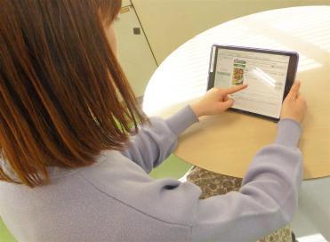 タブレット端末などで表紙を見て、読みたい書籍を選ぶことができる電子図書館(埼玉県三郷市教育委員会提供)