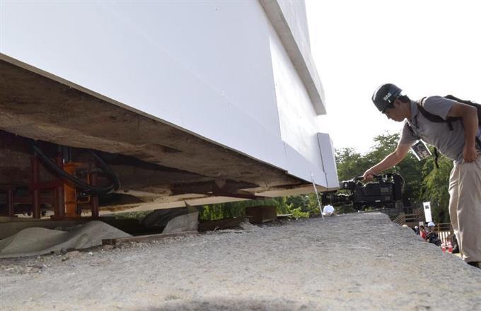 「曳屋」工事でジャッキに持ち上げられた弘前城の天守=16日午前、青森県弘前市