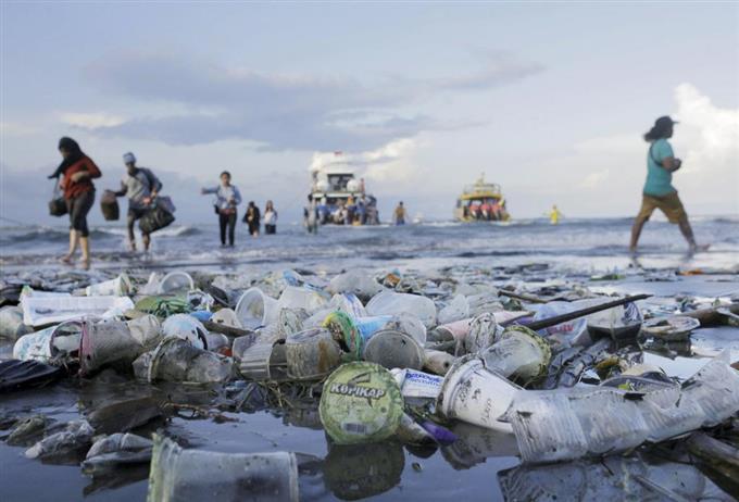 インドネシアの海岸のプラスチックごみ=4月(ロイター)