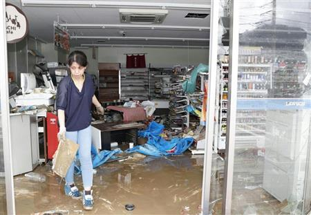 豪雨で浸水し、商品が散乱したコンビニ=8日、愛媛県大洲市