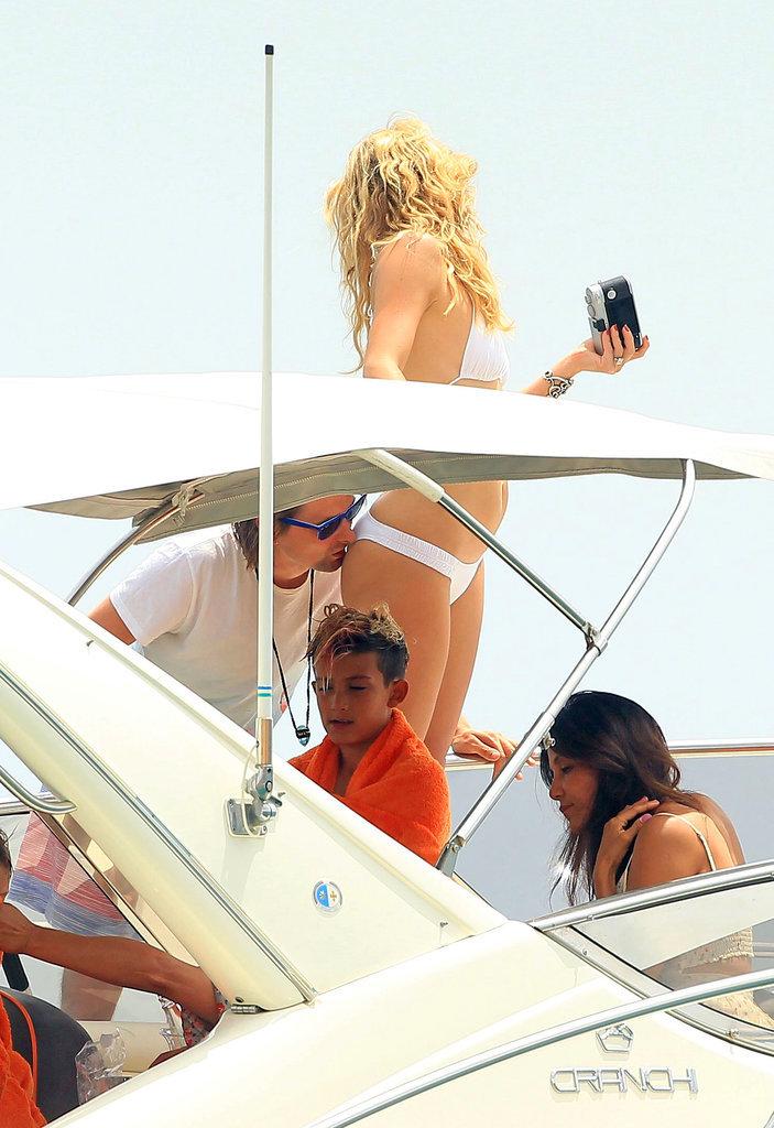 Kate-Hudson-Bikini-Matt-Bellamy-Ibiza-2014-2