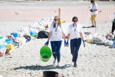 Voluntarias en la playa de Riazor