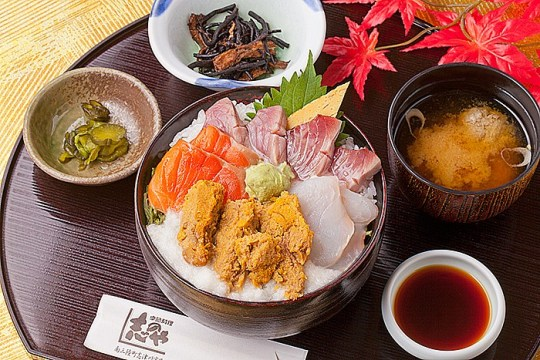 今週のイチ丼「季節料理 志のや」のキラキラ秋旨丼!