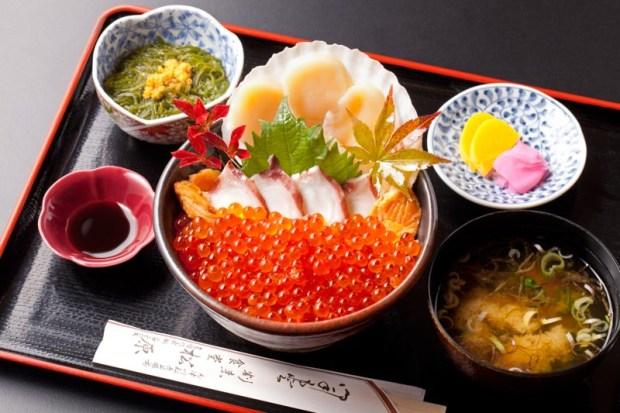 【松原食堂】ホタテの刺身、タコの刺身、焼鮭のついた豪華なイクラ丼です。当店のイクラは臭みがなく食べやすい人気の商品なのでぜひご賞味ください。¥1,800