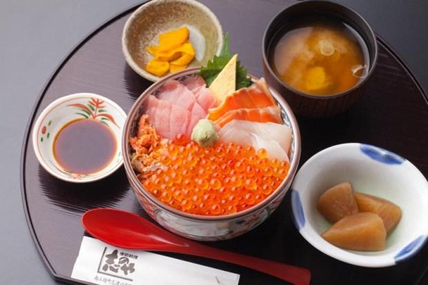 【季節料理 志のや】沖どりのイクラを、丁寧に仕上げて醤油漬けにし、近海のメバチマグロと地元白身魚を丼一杯に。¥2,000