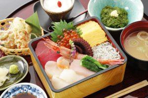 今週のイチ丼!「かいせんどころ 梁」のキラキラ春つげ丼!