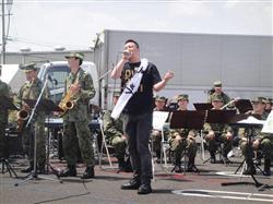 若旦那、被災地で自衛隊音楽隊とコラボ!