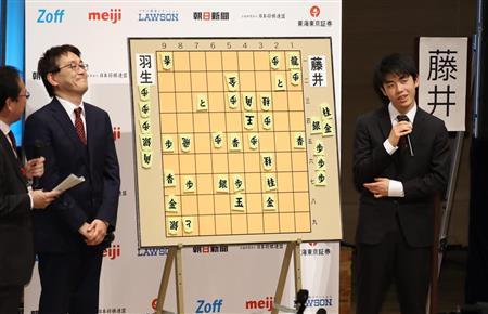 対局後の感想戦で、藤井五段(右)は羽生二冠とともに熱戦を振り返った (撮影・山田俊介)