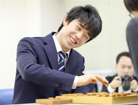 全勝で昇級を果たした藤井六段は感想戦で笑みを見せた(撮影・春名中)