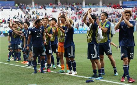 スタンドの声援に応える日本代表イレブン=ロシア・ボルゴグラード(撮影・中井誠)