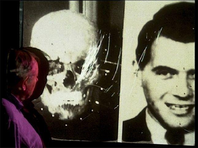 Clyde Snow identifica las características distintivas en una diapositiva de la calavera de Josef Mengele, Oklahoma, 1995.