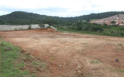 Famílias em áreas irregulares recebem terreno
