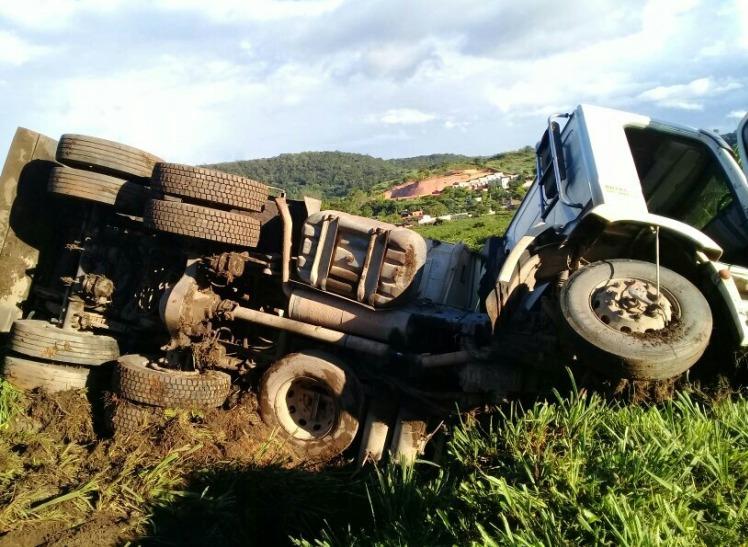 Cinco pessoas ficam feridas em acidente na 050