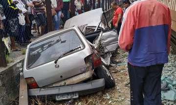Batida entre carro e trem interdita via em Betim