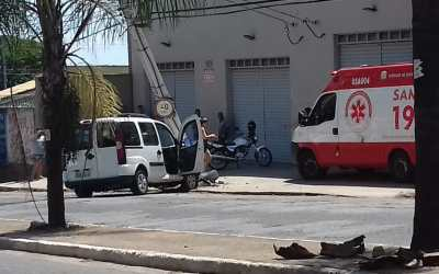 Batida de carro em poste deixa feridos