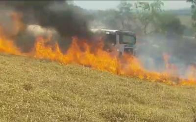 Caminhão-pipa pega fogo na MG-252