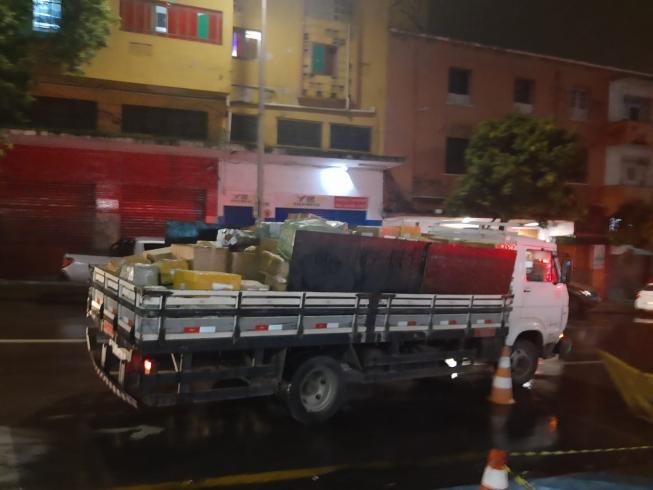Polícia apreende 20 caminhões de produtos contrabandeados em shoping popular