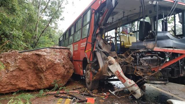 Ônibus é atingido por deslizamento de pedras