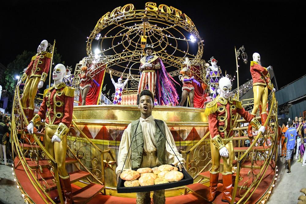 Primeiro palhaço negro do país nascido em Pará de Minas é homenageado em desfile