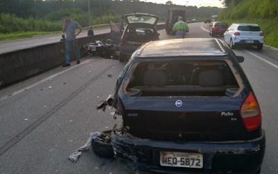 Acidente entre quatro veículos deixa motociclista ferido na MG-050
