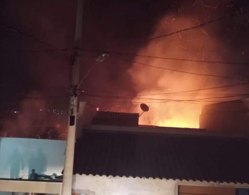 Bombeiros combatem incêndio no Santanense