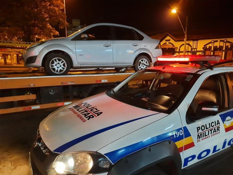 Policia recupera em Igaratinga automóvel roubado