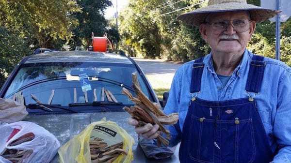 Cet homme vend du bois pour payer les factures médicales de sa femme