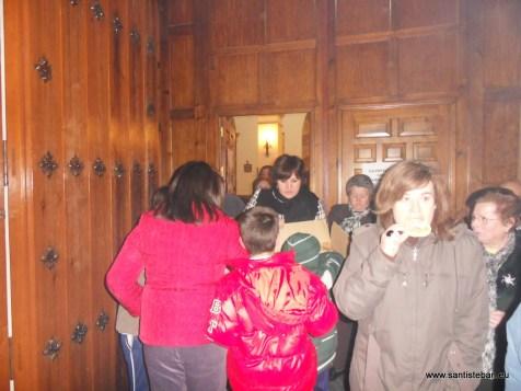 Reparto de roscos de San Esteban en la puerta del templo