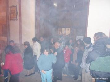 Reparto de roscos de San Esteban en la puerta del templo (I)