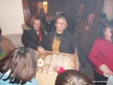 Reparto de roscos de San Esteban en la puerta del templo (IV)