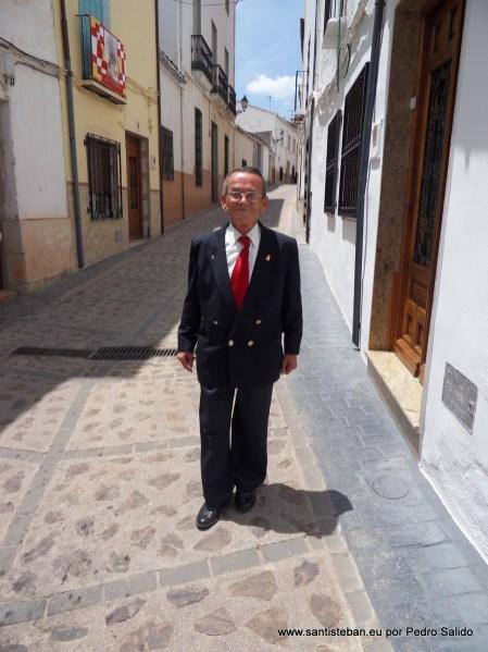 Mariano Salido Caravaca de camino a la Mayordomía. Este año llevará por última vez el pendón de la Villa