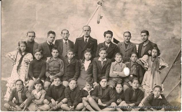 Luis González Miñarro y Jose Antonio Fernández Pastor, con otros maestros y sus alumnos.