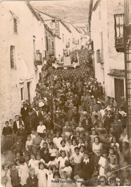 Procesión calle Escultor Higueras. Fiestas de Santisteban, 1942. Foto Raja.
