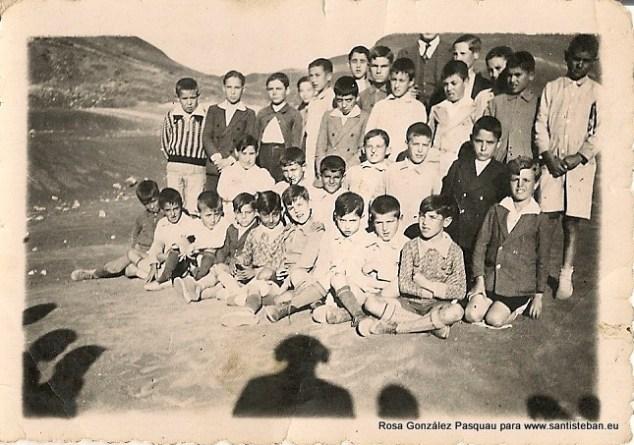 Luis G. Miñarro (no se le ve la cara) y sus alumnos.