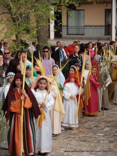 Niños vestidos de personajes bíblicos.