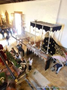 Preparando la procesión de la Virgen de los Dolores y Jesús de la Caída para la tarde del Jueves Santo