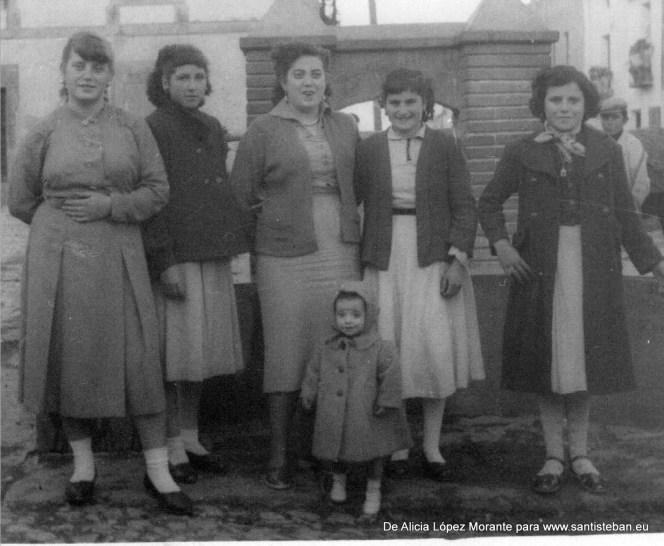 Está mi madre Alfonsa Morante , mi tía Antonia y otras amigas creo que en el caño antiguo que había en la plazoleta, detrás de teléfonos.