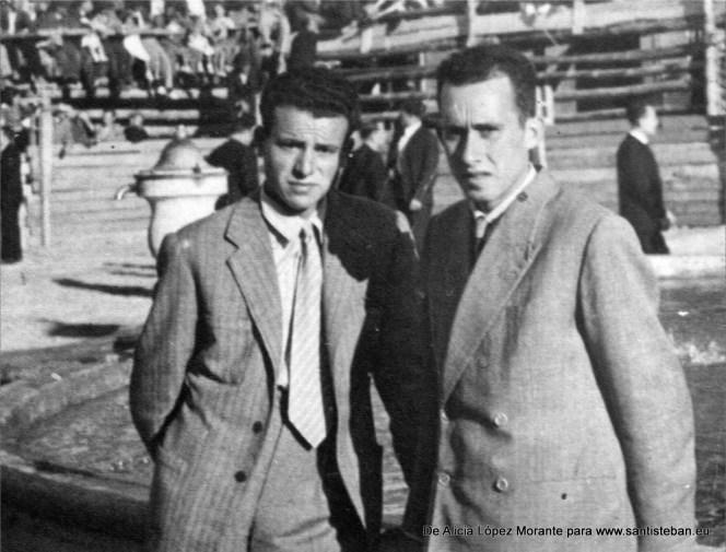 Mi padre Francisco López Merino y un amigo que no recuerdo en la Plaza Mayor antes del encierro, cuando aún se celebraba en la plaza.