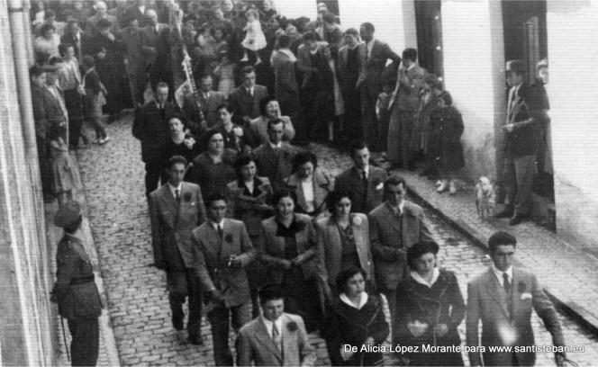 Pasan las mozas por la calle, debe ser de una mayordomía de los años 50 aproximadamente.