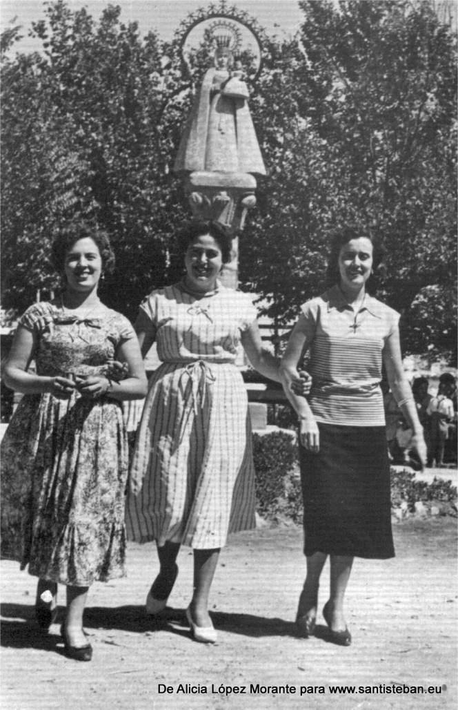 Foto en los jardines de la ermita. Está mi madre Alfonsa Morante con dos amigas: Mª Luisa y Dolores, será sobre 1950 ya que estaban solteras.