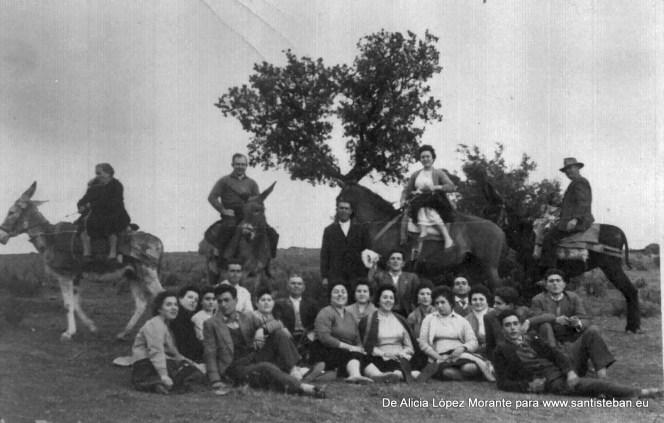 Grupo de personas, posiblemente en San Marcos. Mis abuelos Justa y Juan Mª están subidos a lomos de los mulos (izquierda y derecha, respectivamente)