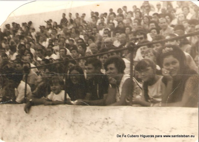 Toros en la Plaza de Toros, aproximadamente 1966.De derecha a izquierda, Fe Cubero y sus hermanas, acompañadas de su primo Joaquin Higueras, y detras del niño, su hermano Ramón Cubero.