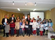 Ganadores y autoridades con los pequeños participantes en el concurso infantil