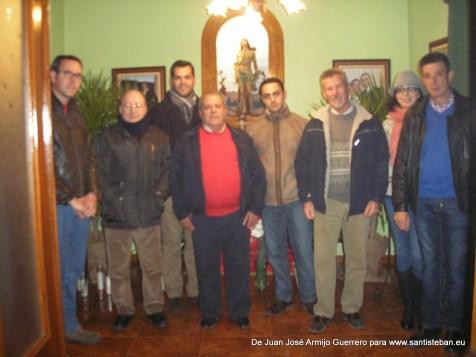 Autoridades, párroco y Francisco Moreno, vecino en cuyo hogar se acoge al santo