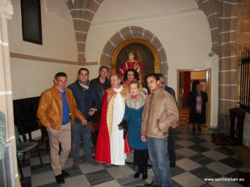 Autoridades y sacerdote con San Esteban